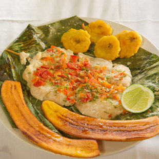 Paiche con patacones y plátanos fritos (Créditos: Carlos Ibarra, PROMPERU)